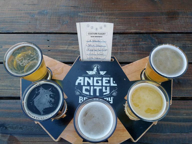 plateau de plusieurs bières artisanales pour la dégustation