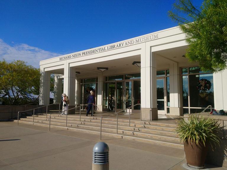 vue extérieure de l'entrée de la bibliothèque musée Richard Nixon