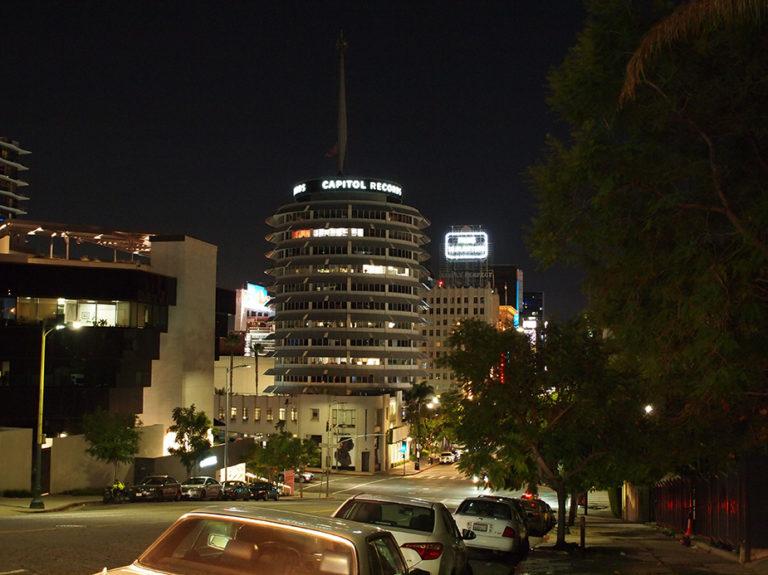 Vue de Vine street de nuit avec le building de Capital Record