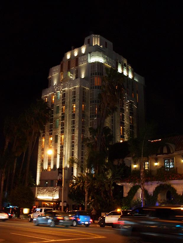 La Sunset Tower de nuit, dans la série Lucifer le Lux