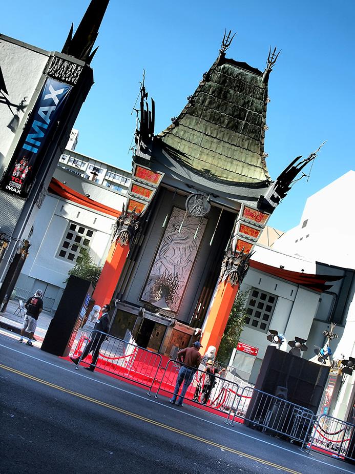 Grauman's Chinese Theater vue du trottoir en face un jour d'avant-première
