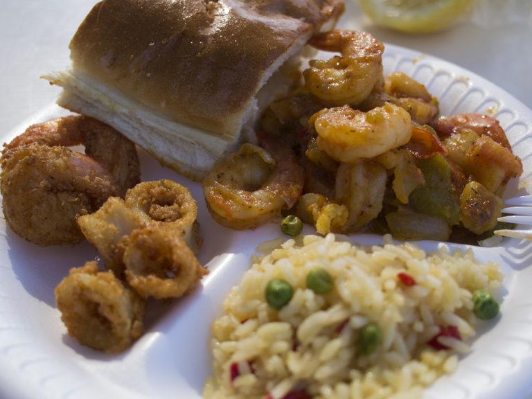 Une assiette de crevettes, de riz, de pain du Fish Market