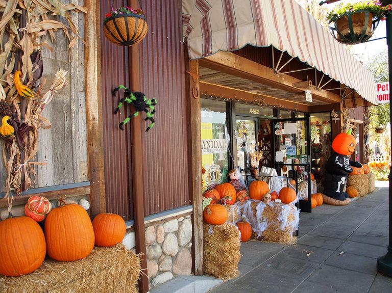 devanture de magasin décoré pour halloween dans la banlieue de Los Angeles