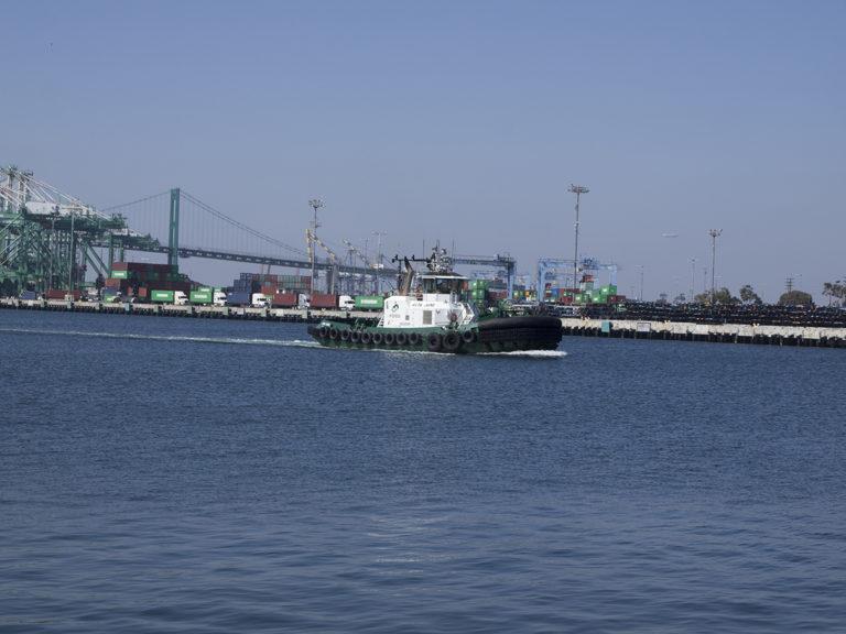 un remorqueur navigue dans le port de San Pedro